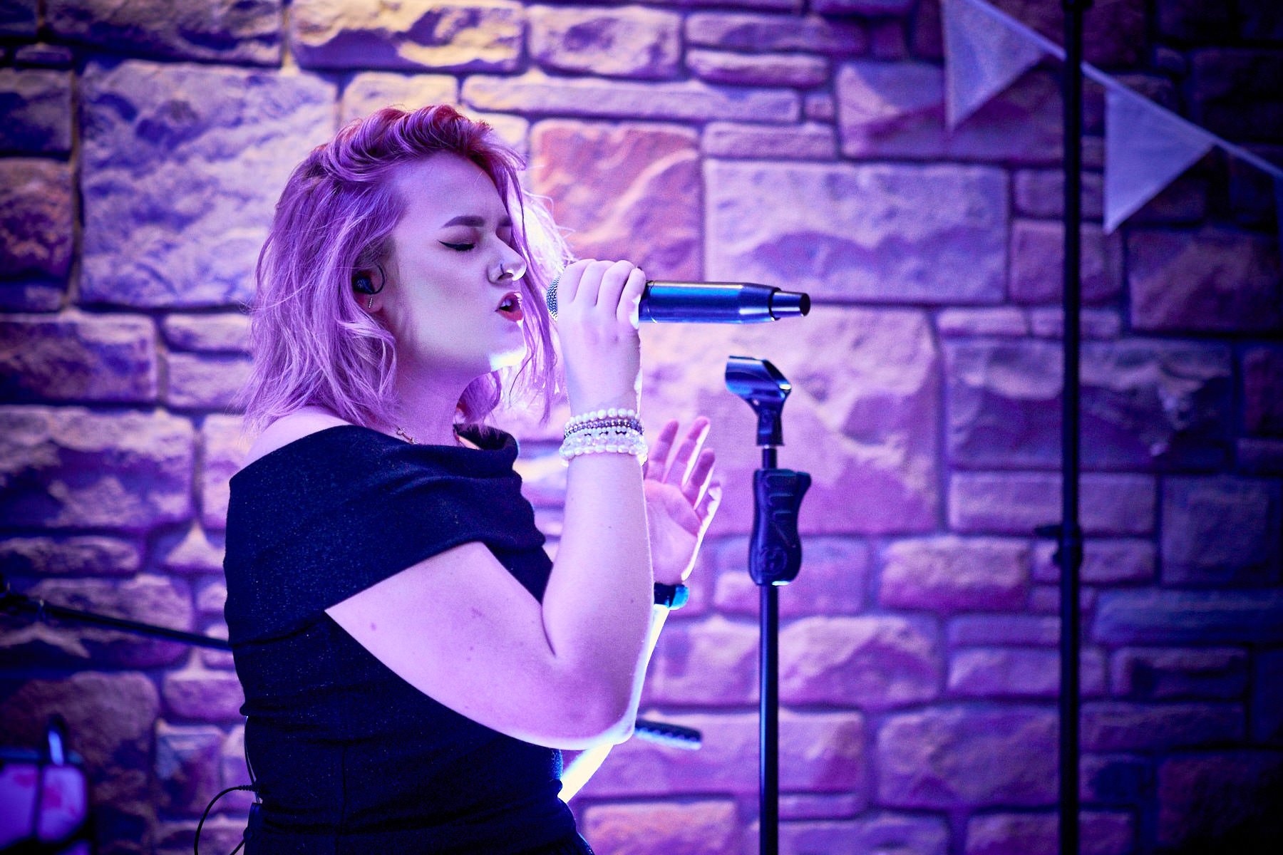 Grace Davies, singing live at Marsh Farm Hall wedding